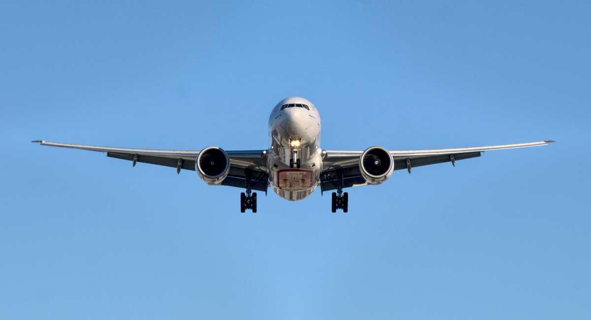 Αεροπλάνο εν πτήσει από μπροστά