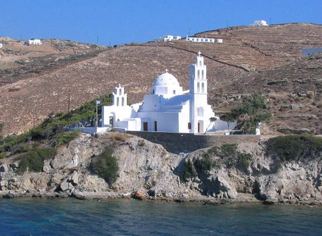 Θέα στην εκκλησία της Αγίας Ειρήνης στην Ίο