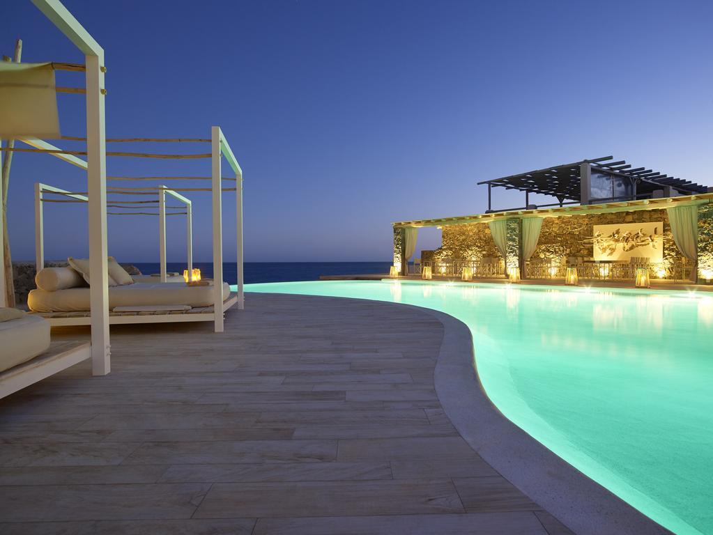 φωτισμένη πισίνα artemis deluxe rooms