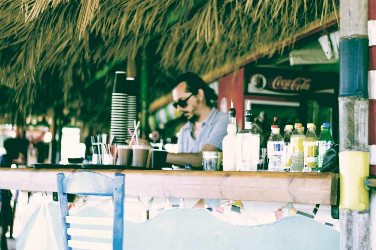 Οργανωμένες παραλίες: Επιτρέπεται από σήμερα το αλκοόλ & η μουσική