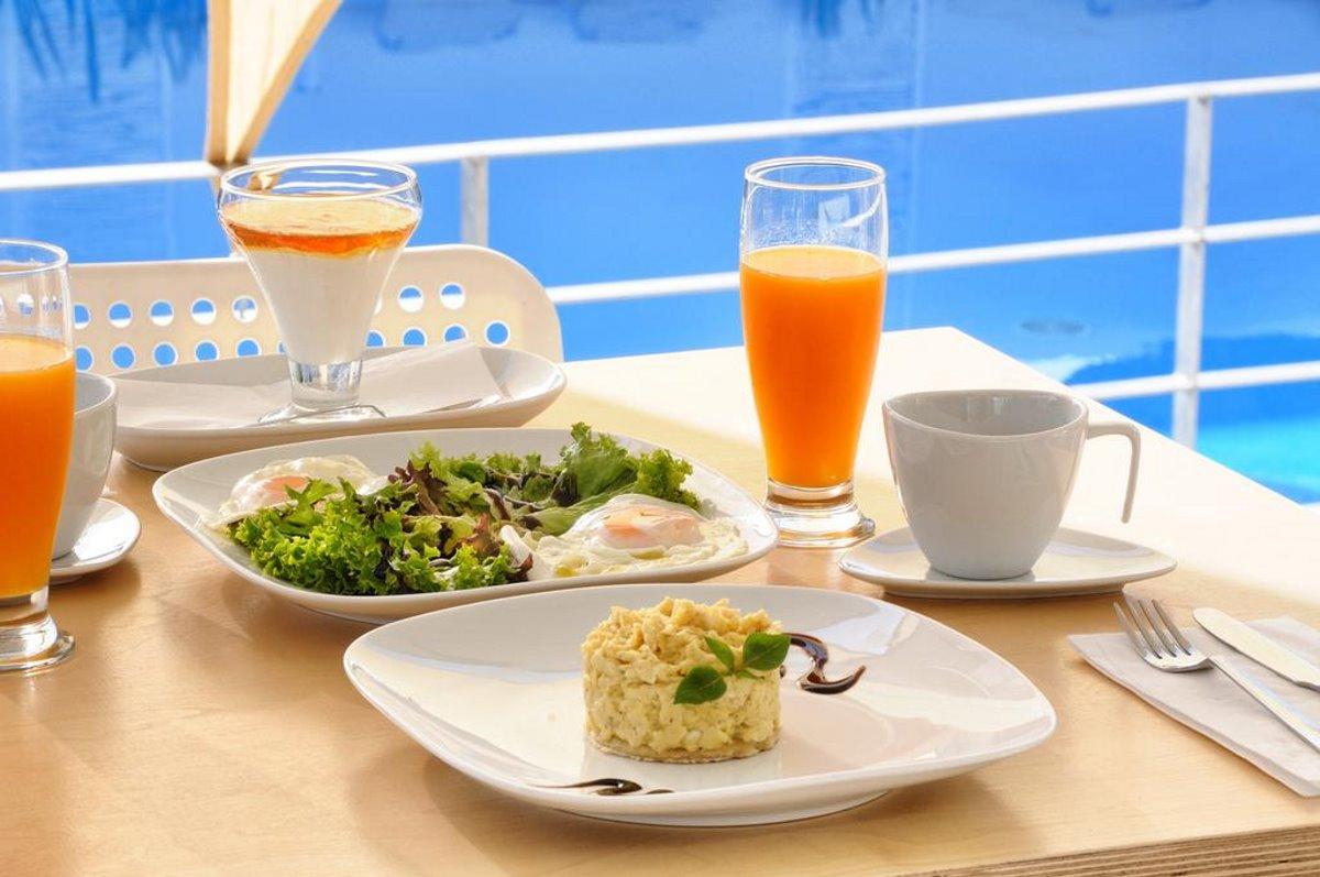 χυμός και φαγητά δίπλα στην πισίνα του Elounda Garden