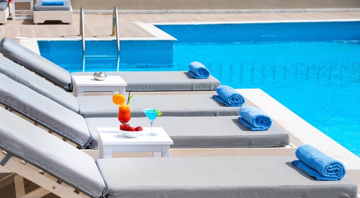 Elounda Garden ξαπλώστρες στην πισίνα