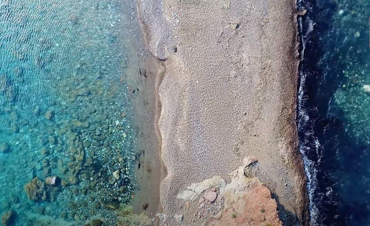 Φωτογραφία από ψηλά της παραλίας του Αγίου Βασιλείου στην Βόρεια Εύβοια