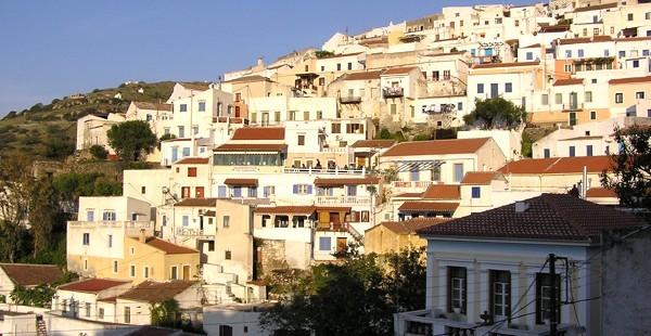Τα σπίτια στην Ιουλιδα χτισμένα στην πλαγιά του λόφου