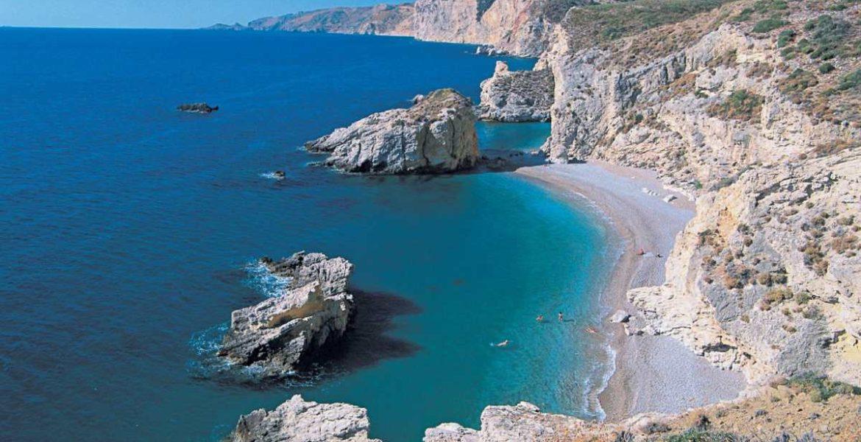 Μια ελληνική παραλία με 124 σκαλοπάτια ανάμεσα στις 40 καλύτερες της Ευρώπης