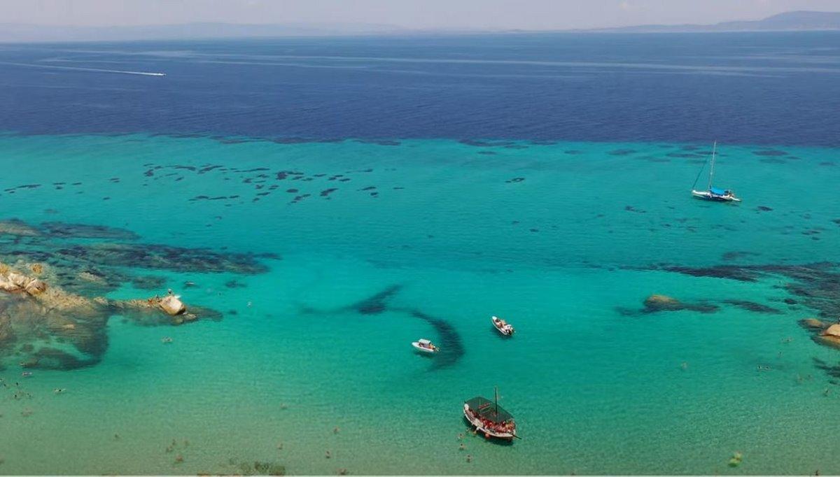 Άποψη της παραλίας Καβουρότρυπες στην Χαλκιδική από ψηλά