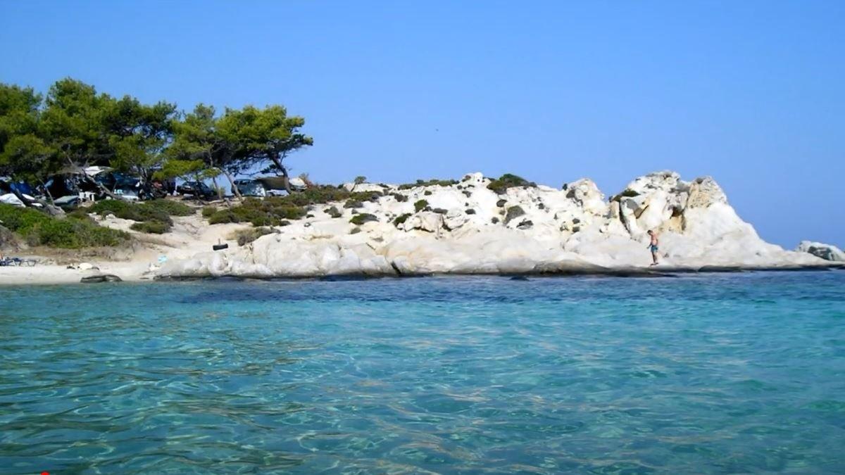 Τα λευκά βράχια είναι χαρακτηριστικό της παραλίας Καβουρότρυπες στην  Χαλκιδική