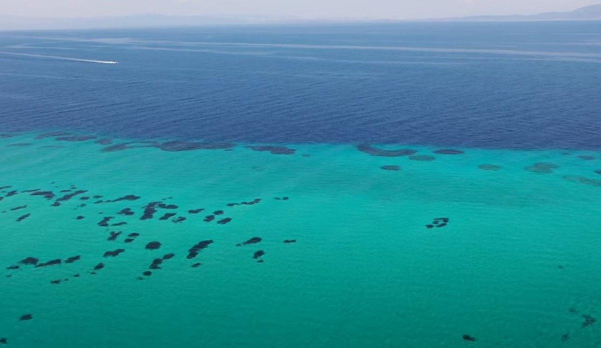 Τα υπέροχα τυρκουάζ και μπλε νερά της παραλίας Καβουρότρυπες