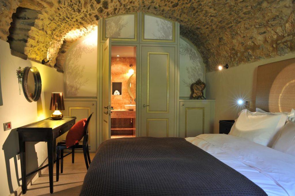Kinsterna Hotel κρεβάτι