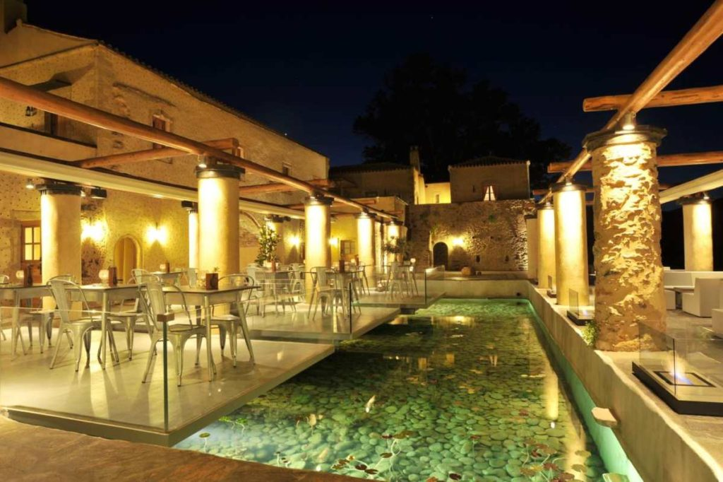 Kinsterna Hotel πισίνα το βράδυ