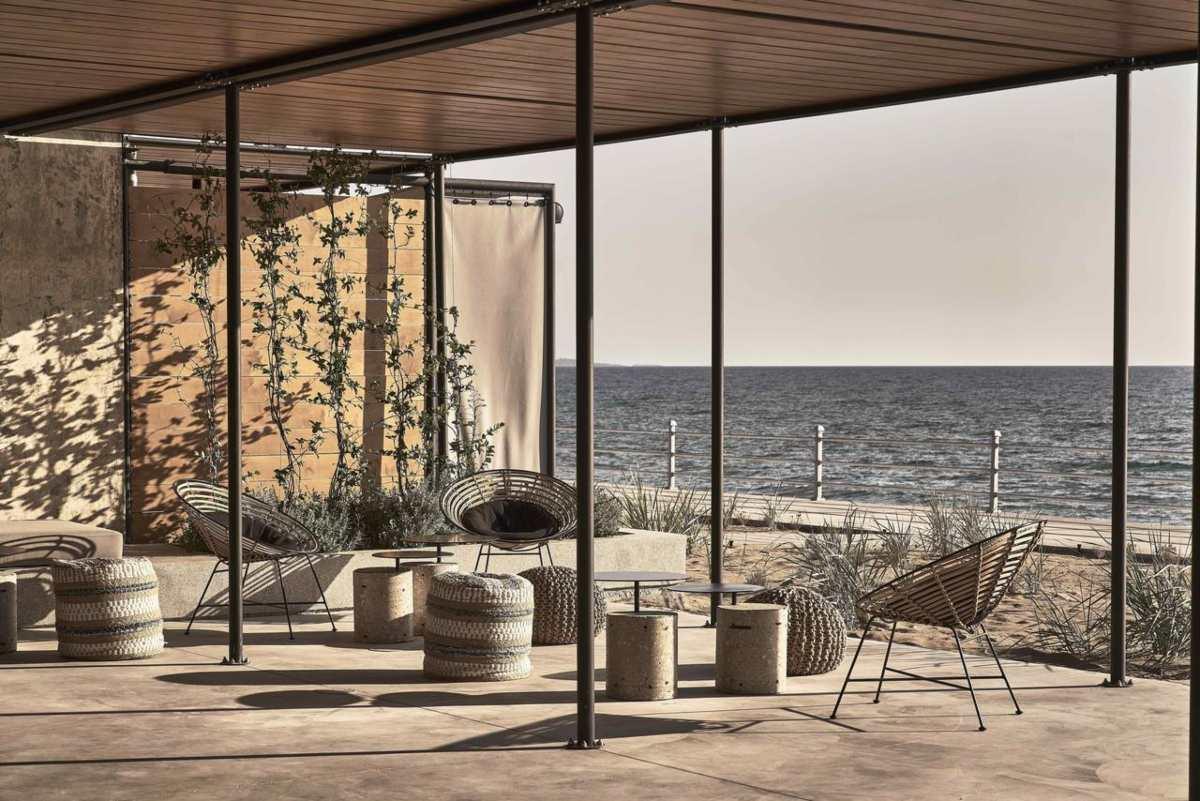 Στην Κουρούτα φτιάχτηκε ένα ξενοδοχείο πάνω στη θάλασσα και έχει τρελάνει Έλληνες & ξένους