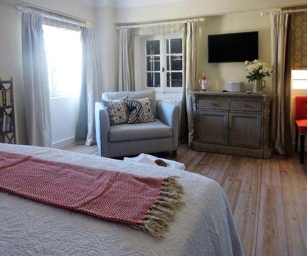 Liston suites κομοδίνο
