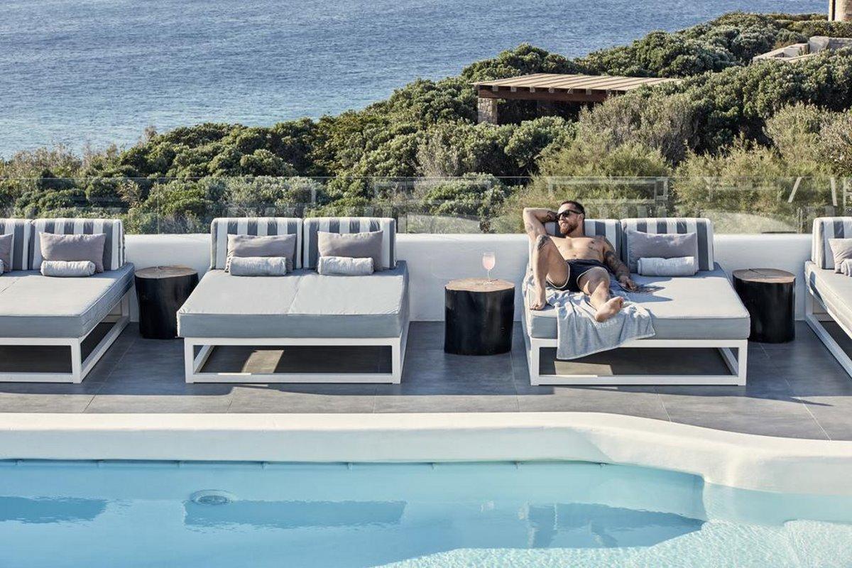 χαλάρωση στην πισίνα Mykonos Princess
