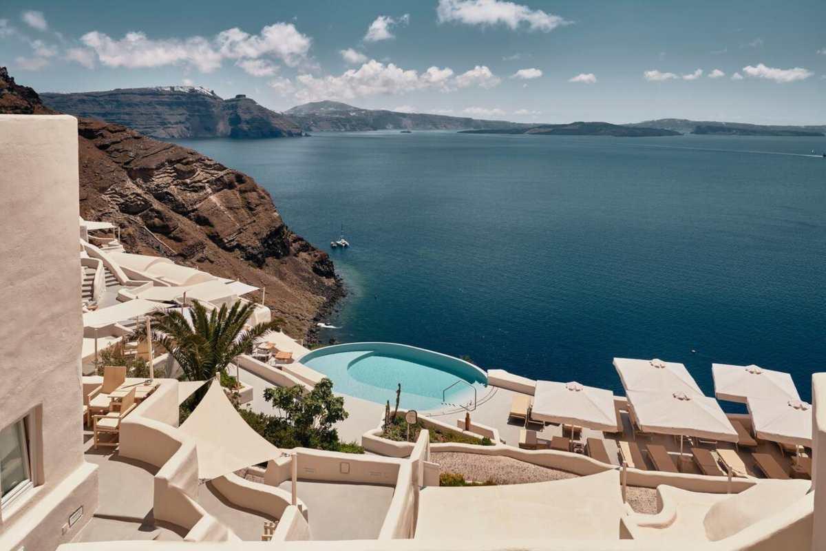 Σαντορίνη: Τα 2 καλύτερα ξενοδοχεία για τους ξένους δημοσιογράφους & τουρίστες