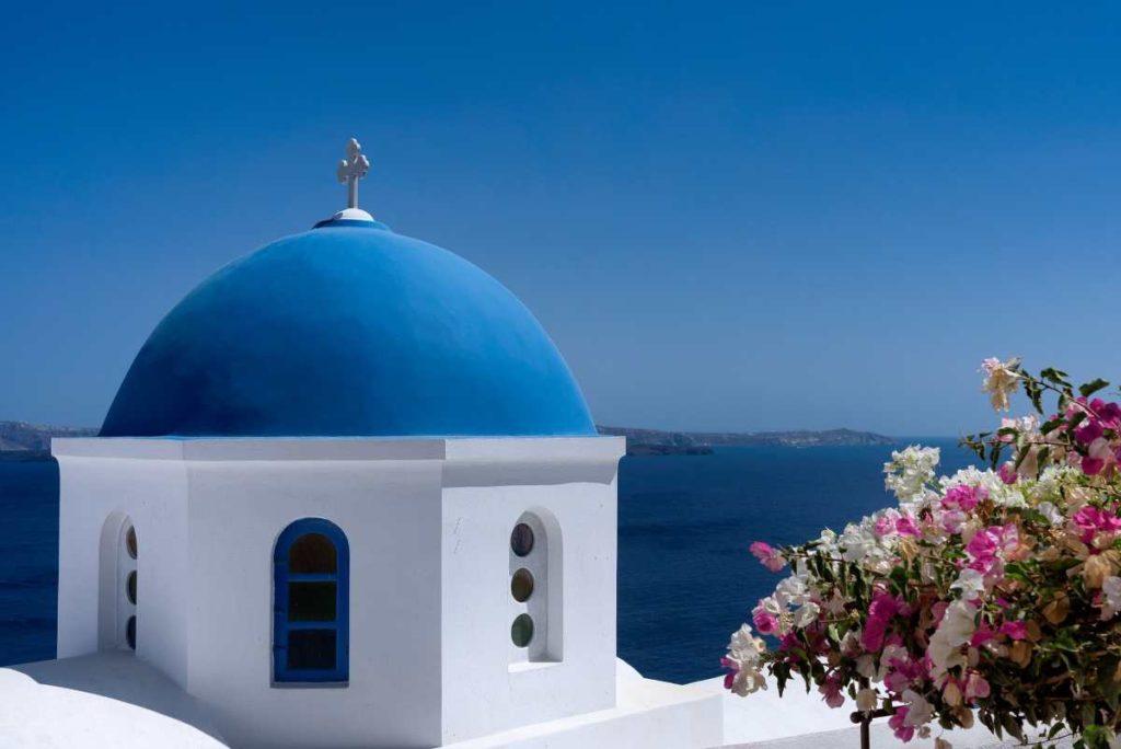 Εκκλησία με μπλε θόλο στην Σαντορίνη