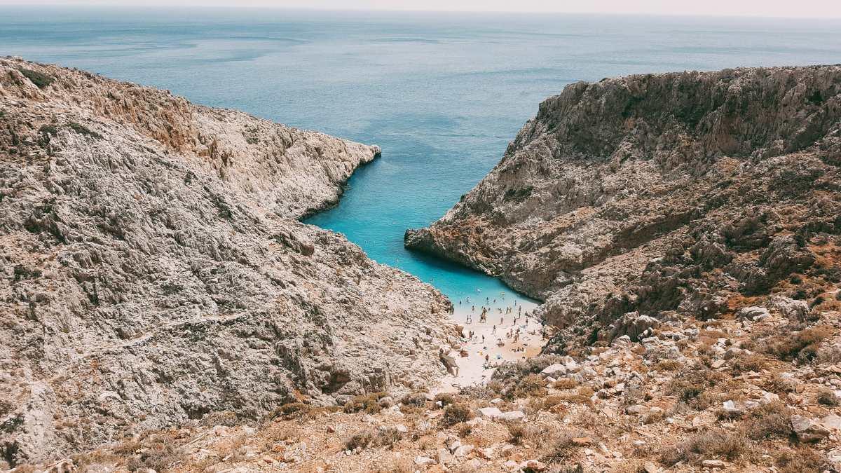 Ένα ταξίδι σε μια άγνωστη γαλάζια λίμνη & μια υπέροχη παραλία της Ελλάδας