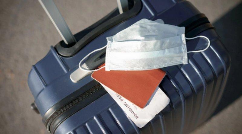 μάσκα πάνω σε βαλίτσα