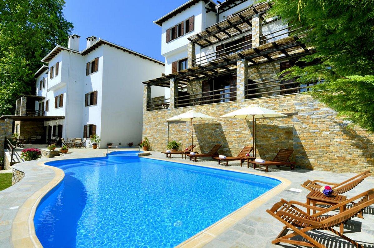 Η πισίνα στο ξενοδοχείο Ζαγορά, στο ομώνυμο χωριό του Πηλίου