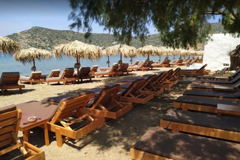 beach bar nostos στο βαθυ σιφνου ξαπλώστρες