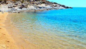 Παραλία Αγριδιά: Ο κρυφός παράδεισος της Χαλκιδικής με τη χρυσή άμμο και τα κρυστάλλινα νερά