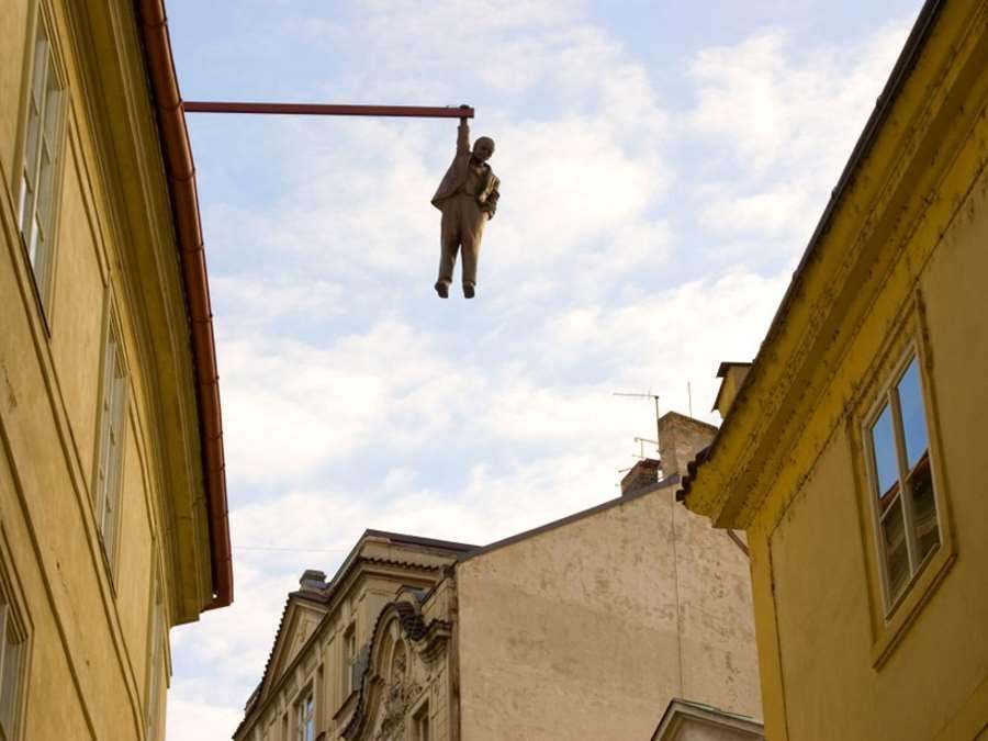 Άγαλμα του David Cerny, Πράγα