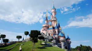 Ανοίγει η Disneyland στο Παρίσι με πλέξιγκλας και μάσκες (βίντεο)