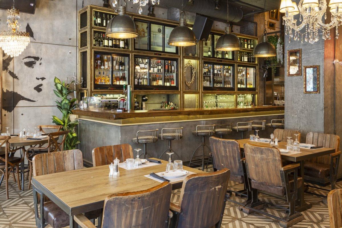 Ο εσωτερικός χώρος του ιταλικού εστιατορίου Italida στον Πειραιά