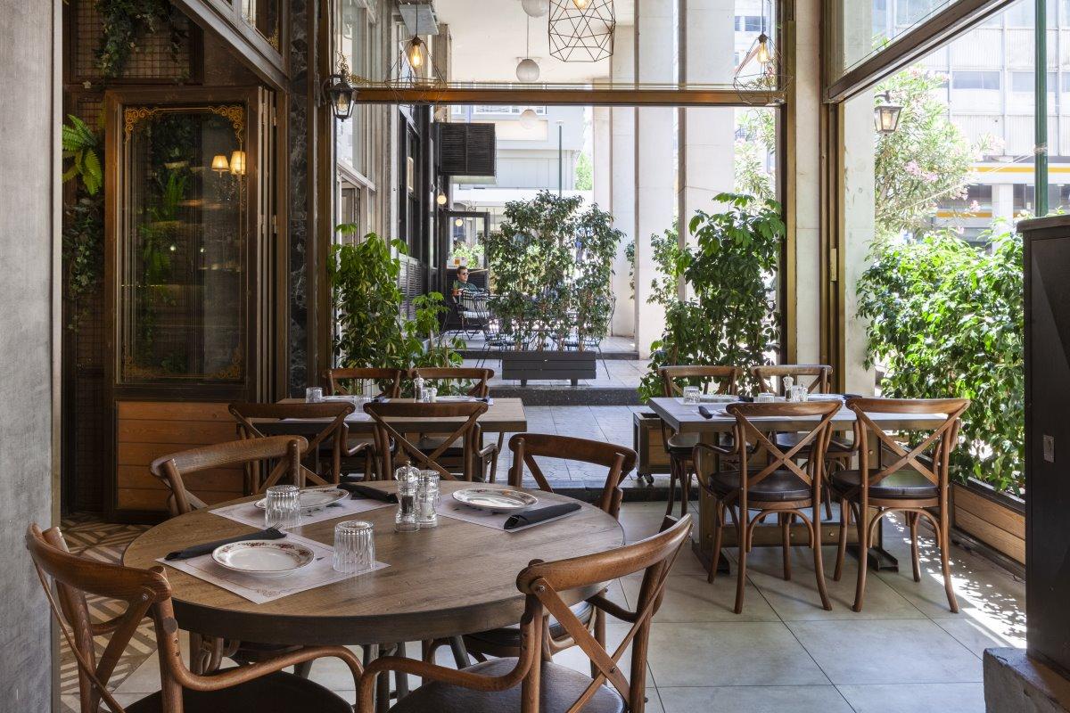 Τραπεζάκια στο εξωτερικό χώρο, εστιατόριο Italida Πειραιάς
