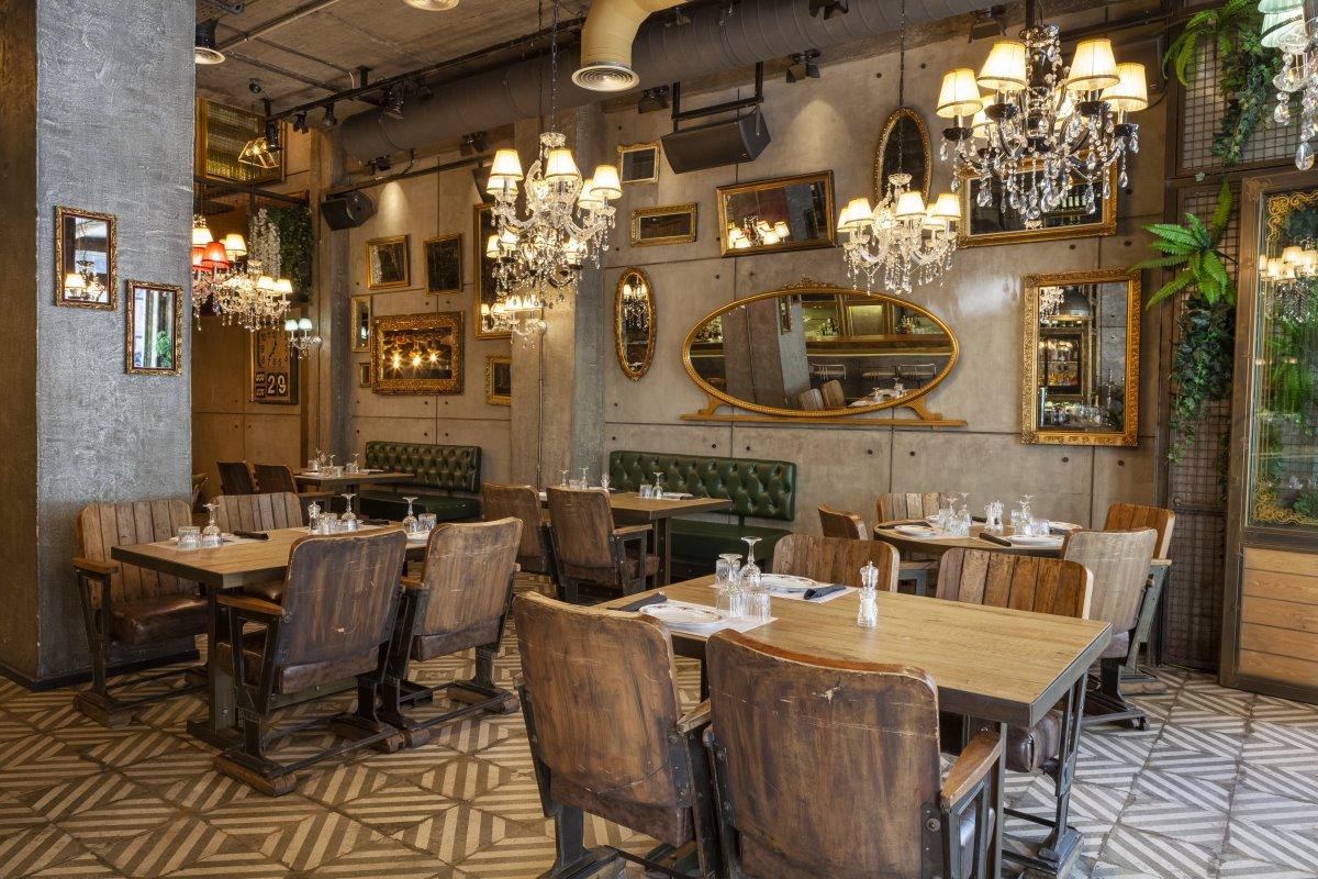 Προσεγμένο design στον εσωτερικό χώρο του εστιατόριου Italida στον Πειραιά
