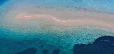 Τα εξωτικά δίδυμα νησάκια που «βυθίζονται» & επανεμφανίζονται, μόλις μια ώρα από την Αθήνα
