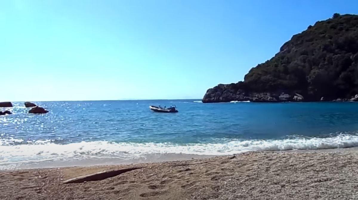 Ο ανοιχτός ορίζοντας μπροστά στην παραλία Σαρακήνικο στην Πάργα