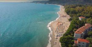 Παραλία Σκοτίνας: Η κρυστάλλινη παραλία που βραβεύεται κάθε χρόνο με Γαλάζια σημαία! (βίντεο)