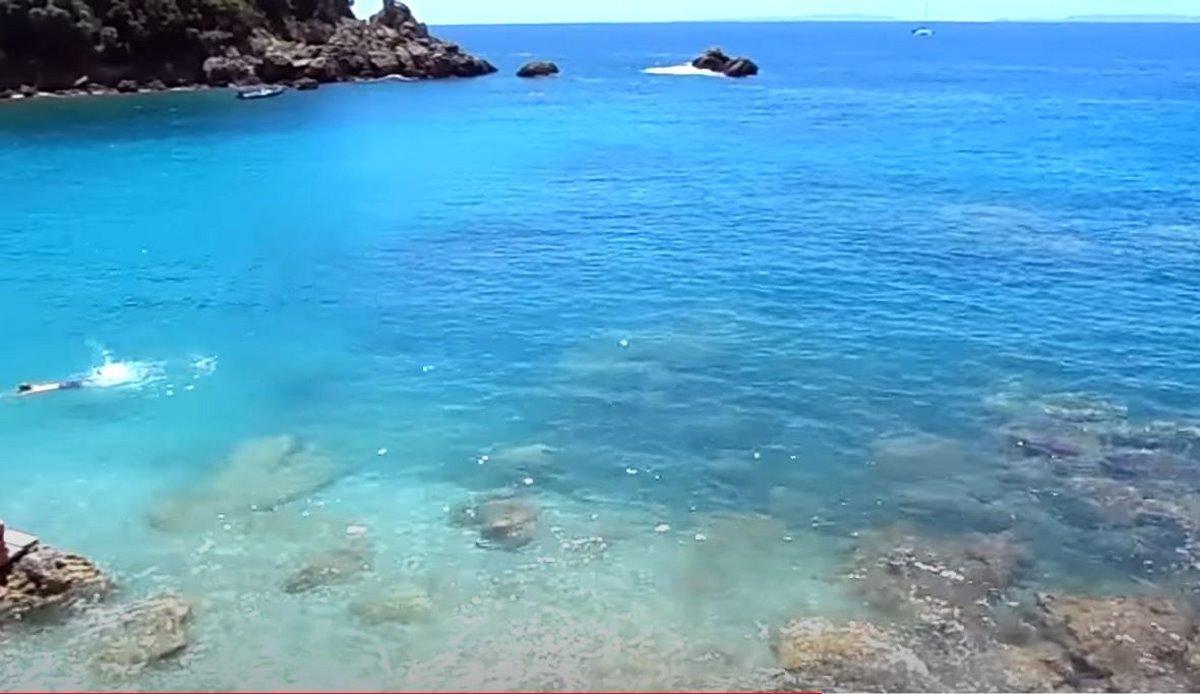 Τα γαλαζοπράσινα νερά της παραλίας Σαρακίνηκο στην Πάργα