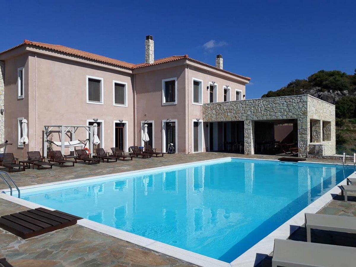 Perivoli πισίνα και πέτρινο κτίριο