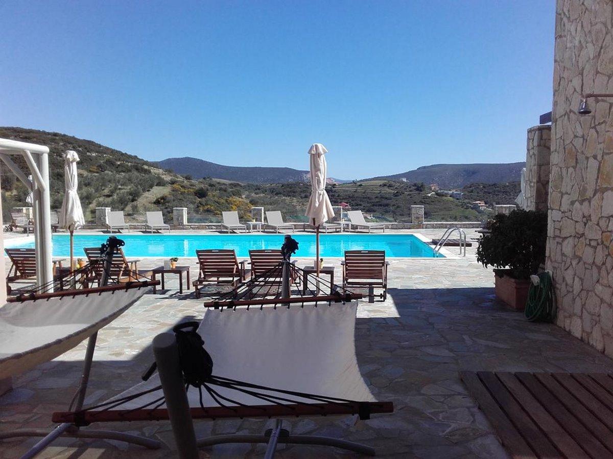 η πισίνα στην πέτρινη αυλή του Perivoli country hotel and retreat