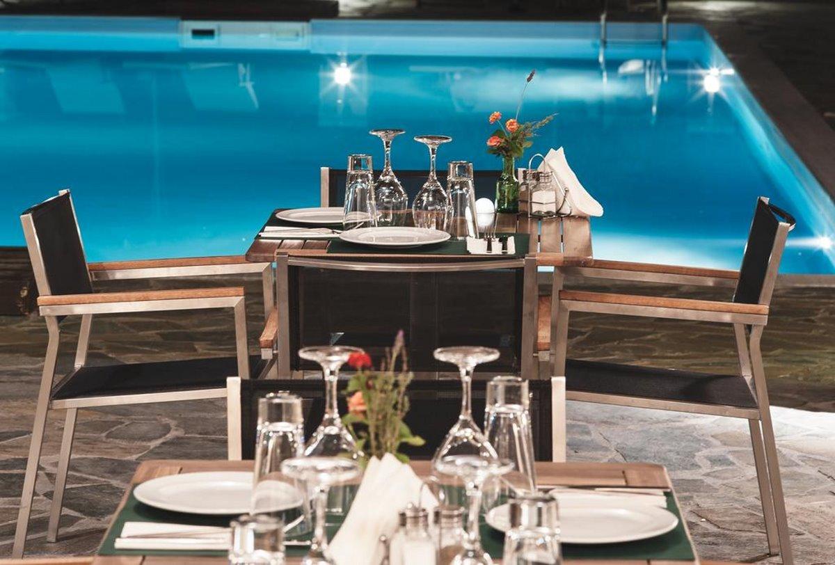 φαγητό δίπλα στην πισίνα Perivoli Country Hotel and Retreat