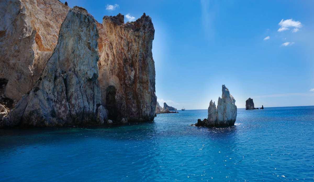 Πολύαιγος: Το ακατοίκητο νησί του Αιγαίου με τα κρυστάλλινα νερά (βίντεο)