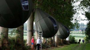Κάντε κάμπινγκ σε σκηνές που κρέμονται από τα δέντρα (φωτογραφίες)
