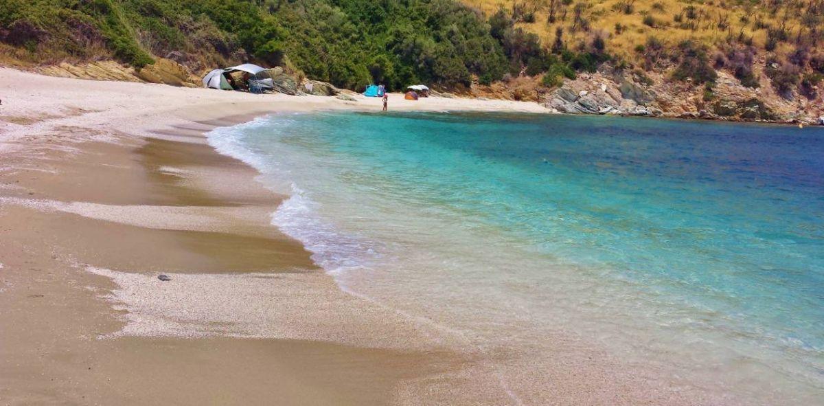 Μάγειρας: Ένας μικρός πράσινος παράδεισος στην Εύβοια με σμαραγδένια νερά
