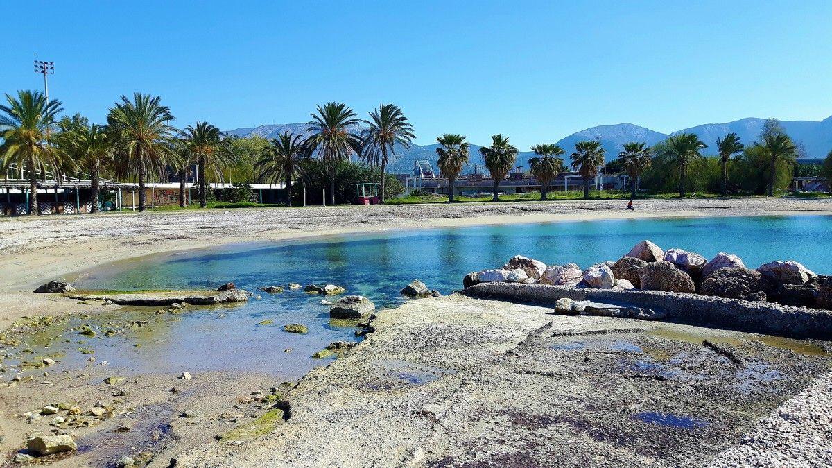 η Παραλία του Αγίου Κοσμά με φυσική σκια