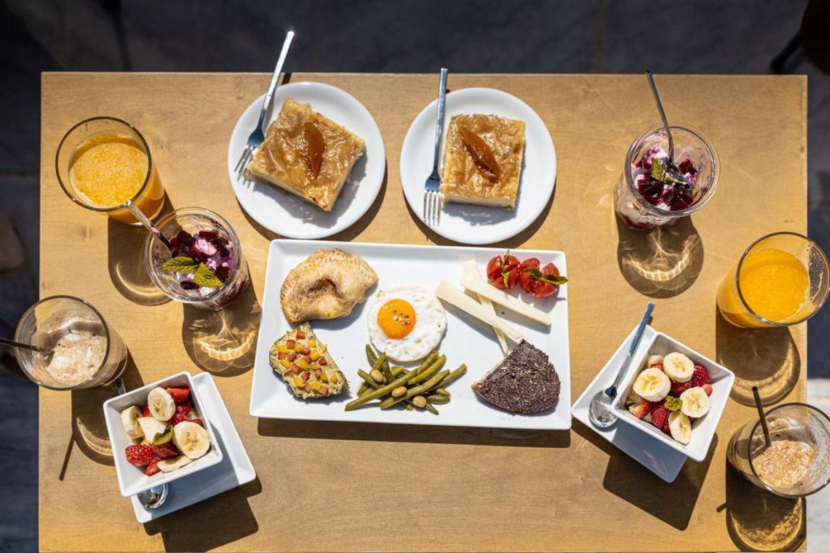arias estate suites φαγητό και τοπικές γεύσεις