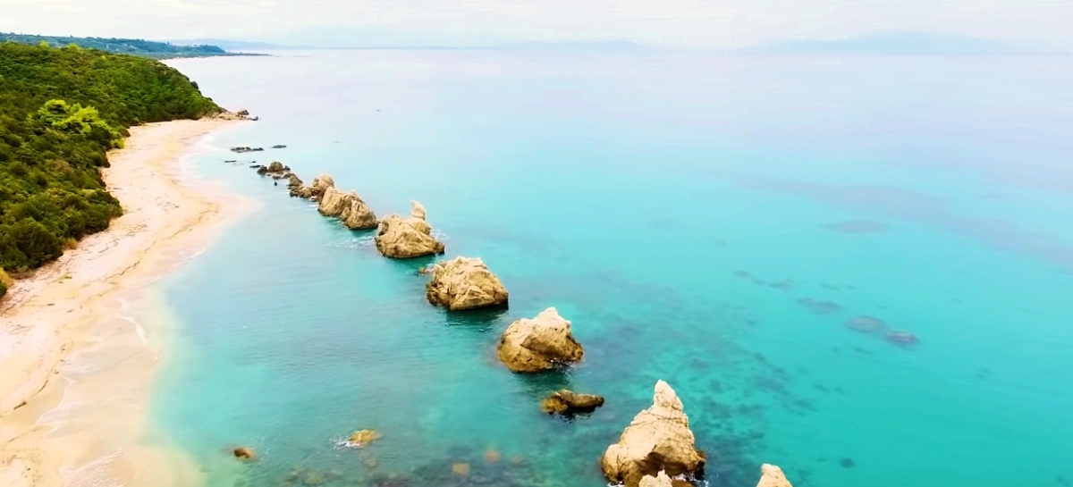η παραλία της αρτολιθιας