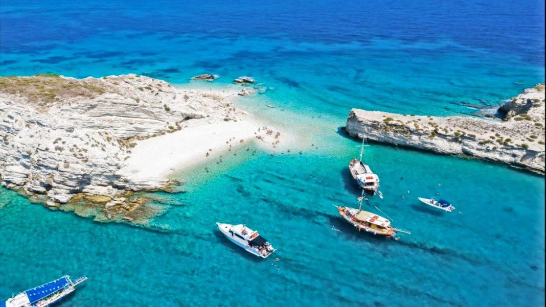 Η παραλία στους Λειψούς με τα λευκά, πανύψηλα βράχια και τα τυρκουάζ νερά