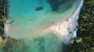 Η εξωτική ροζ παραλία που συγκλονίζει & δεν βρίσκεται σε κάποιο νησί αλλά στην ηπειρωτική Ελλάδα!