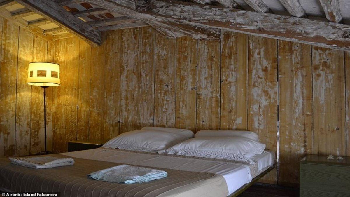 κρεβάτι στο δωμάτιο