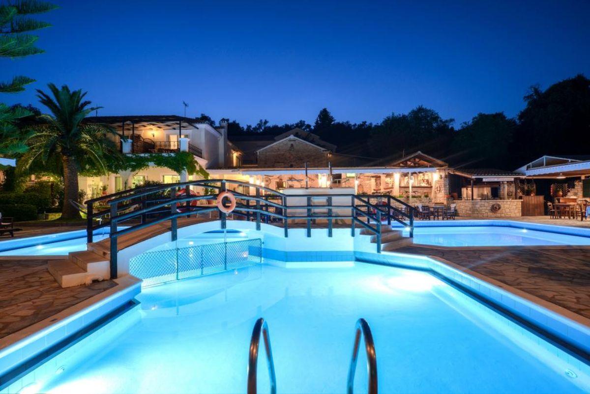 Paxos Club Resort & SPA η πισίνα το βράδυ