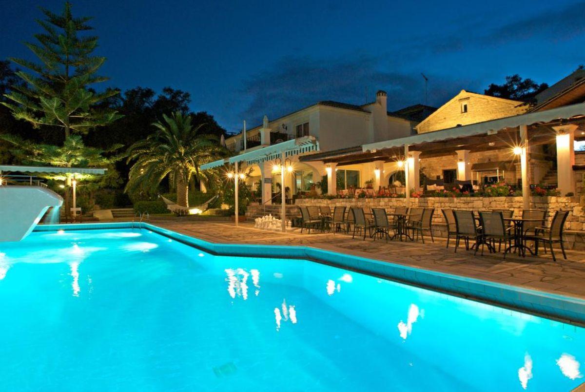 Paxos Club Resort & SPA πισίνα το βράδυ