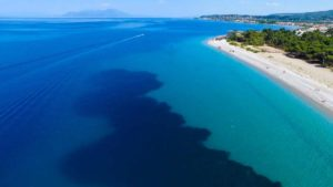Πευκιάς: ανακαλύψτε μια ονειρεμένη παραλία που πνίγεται στο πράσινο μια ανάσα από την Αθήνα