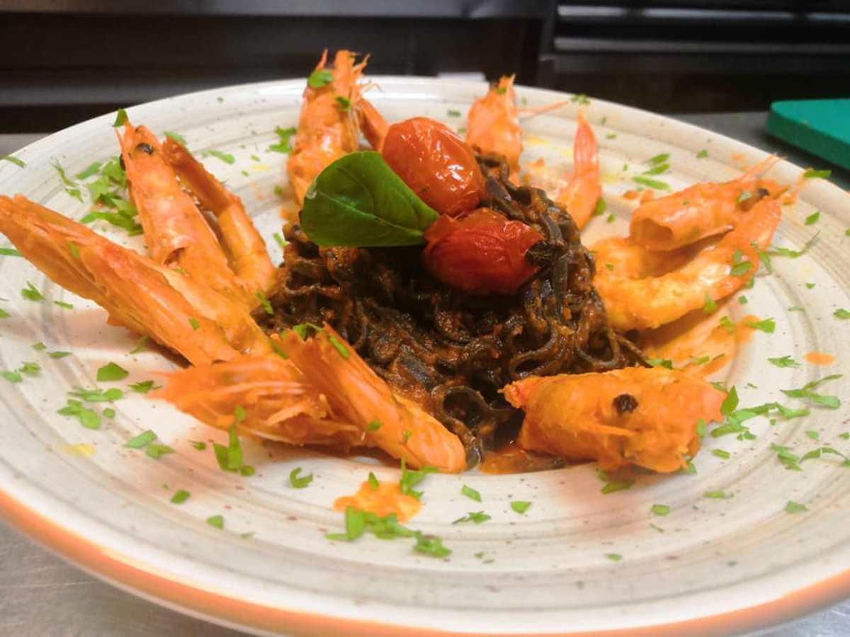 ζυμαρικά με μελάνι και γαρίδες