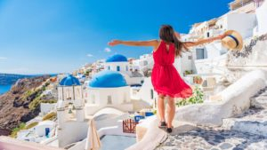 Ο Τάσος Δούσης προτείνει για τον Αύγουστο: 2 ξενοδοχεία στην Σαντορίνη με πισίνα και με λιγότερο από 60 ευρώ την ημέρα